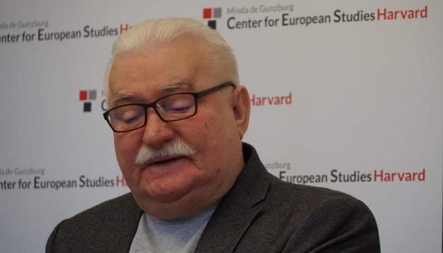 Валенса пригрозил властям Польши миллионным маршем против судебной реформы