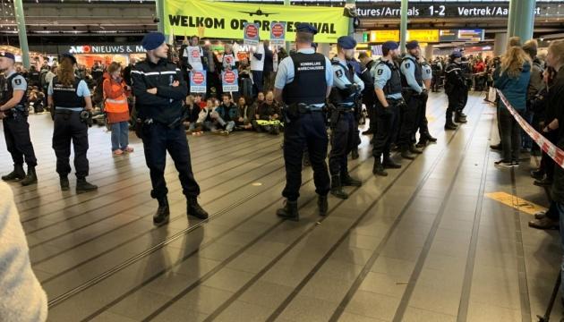 Экопротесты в аэропорту Амстердама: почти три десятка задержанных