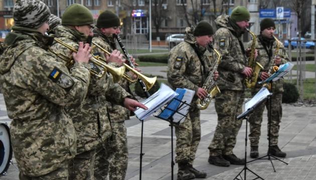 """Військовий оркестр """"Едельвейс"""" дав концерт у Маріуполі"""