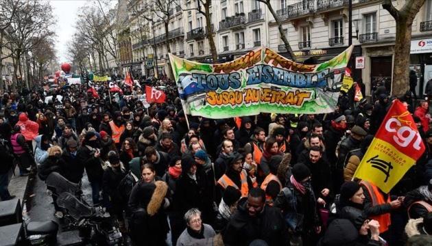 У Франції проти пенсійної реформи страйкують вже 13 днів