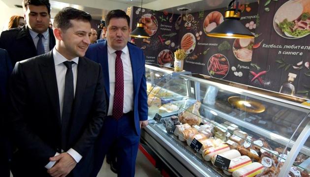 Зеленському показали у Баку магазин із українськими сирами та ковбасами