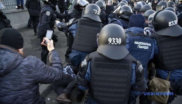 Активисты пикетируют отдел полиции, где находятся задержанные под Радой