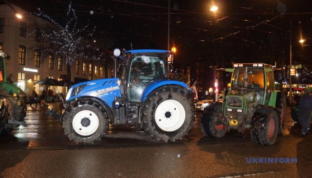 У Нідерландах розлючені фермери на тракторах страйкували біля парламенту