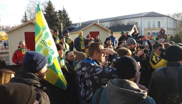 Житомирську облраду пікетують футбольні фанати і працівники музею