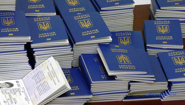 Українці не поспішають робити закордонні паспорти через зміну правил в'їзду до РФ