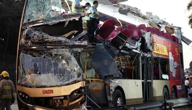 У Гонконгу в аварії двоповерхового автобуса загинуло 6 осіб, 30 поранені