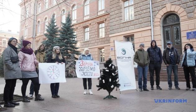В центре Черновцов ВИЧ-инфицированные установили черную елку с пустыми бутылками от лекарств