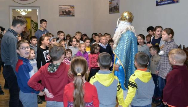 Українці діаспори привітали зі Святом Миколая понад 60 дітей загиблих воїнів АТО зі Львівщини