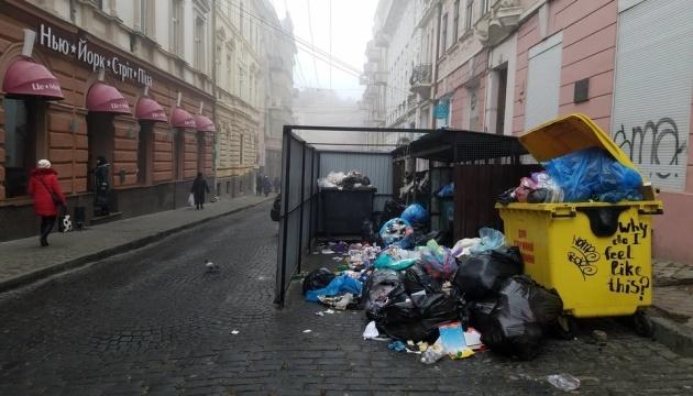 У Чернівцях вже четвертий день не вивозять сміття через страйк селян