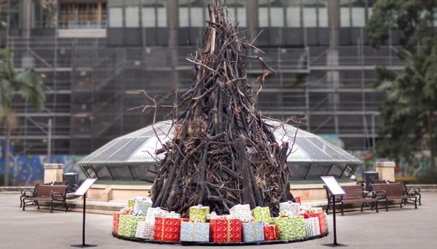 В Сиднее установили обгоревшую рождественскую елку как символ лесных пожаров