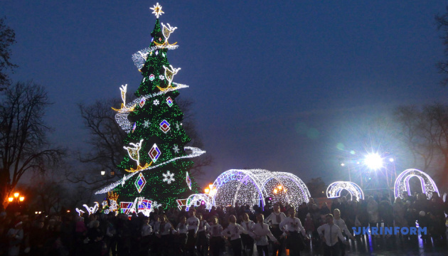 Головна ялинка Чернівців бере участь у конкурсі новорічних красунь України