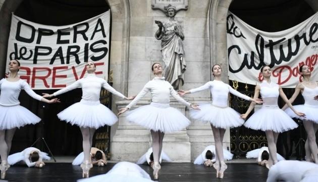 Проти пенсійної реформи: Танцівниці Паризької опери просто неба виконали