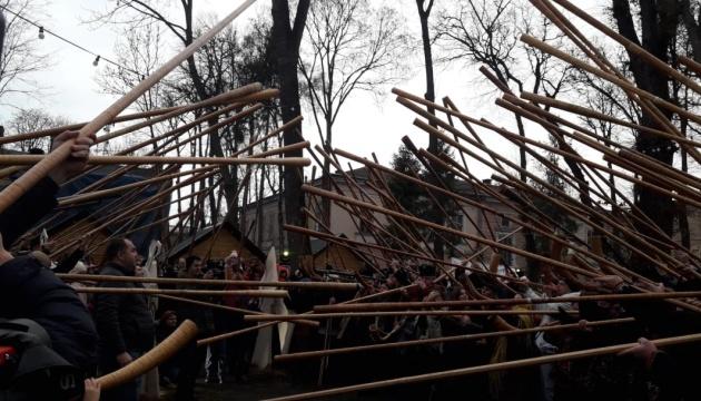 Рекорд України: в Івано-Франківську разом заграли 146 трембіт і гуцульських рогів