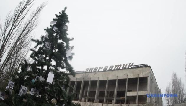 В Припяти впервые со времени аварии на ЧАЭС установили новогоднюю елку
