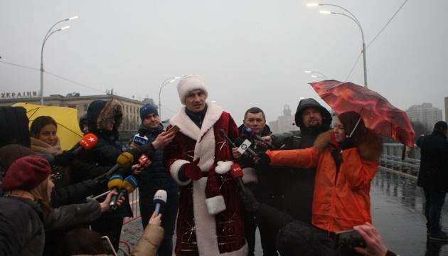 Klitschko, bekleidet als Weihnachtsmann, eröffnet Schuljawka-Brücke