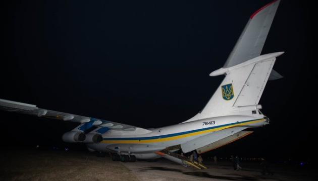 Літак зі звільненими бранцями вилітає з Чугуєва