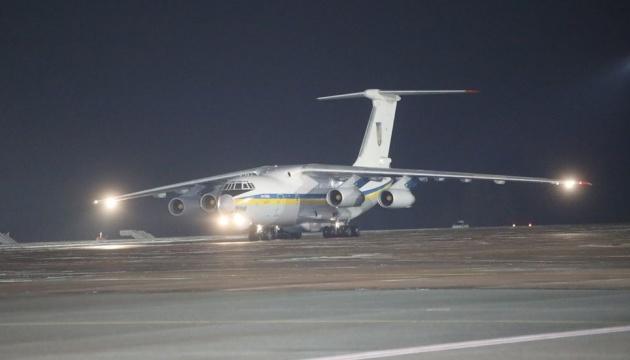 Літак зі звільненими українцями приземлився у