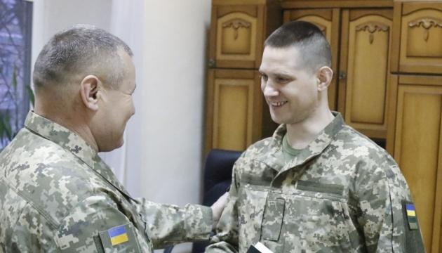 Звільненим з полону військовим вручили поновлені документи