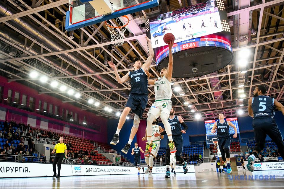 Ігровий момент матчу з баскетболу між БК