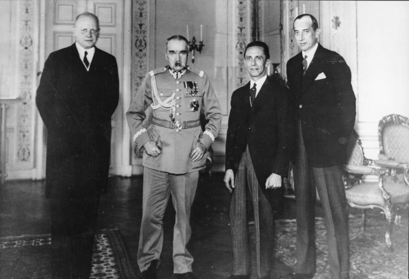 Юзеф Пілсудський приймає в себе німецького політика того часу – Йозефа Геббельса