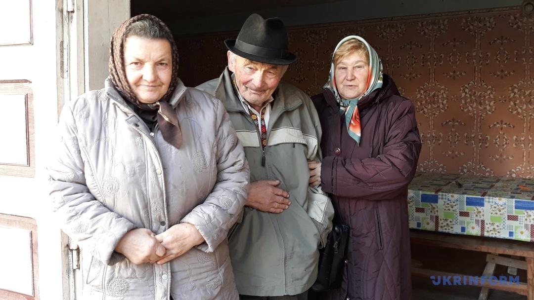 Іван Мирон з дружиною Христиною (зліва) та Ганною Тафійчук