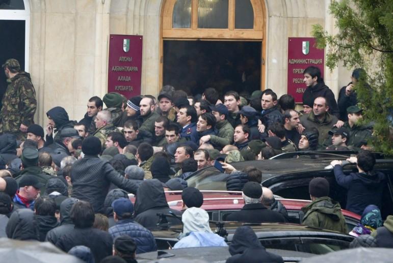 Сторонники оппозиции пришли под стены местной администрации