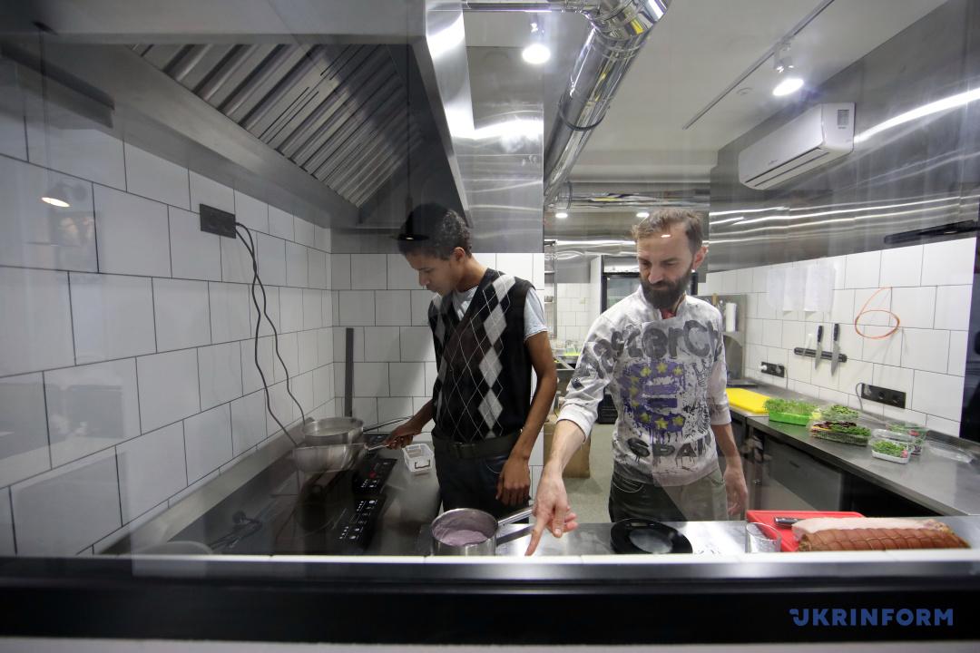 Олександр Білодід (праворуч) під час проведення майстер-класу для нового співробітника