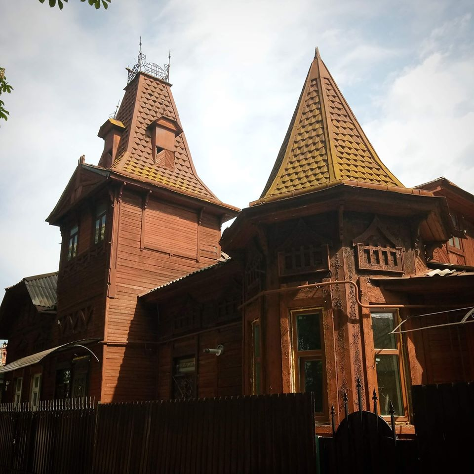 Будинок з вежами на вул. Академіка Павлова