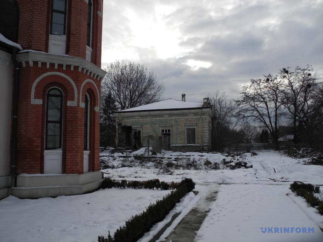 Біля відреставрованої синагони зруйнована будівля частини колишньої резиденції цадика