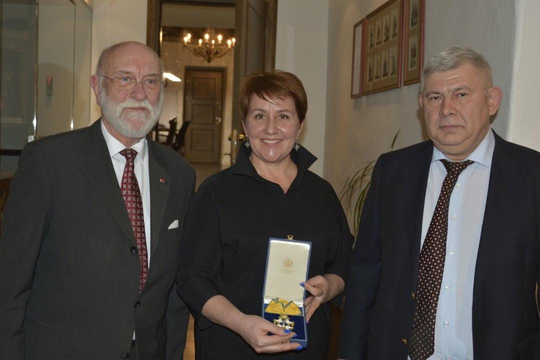 Наталія Реброва разом з віце-канцлером канцелярії шведських королівських лицарських орденів Стаффаном Розеном та засновником Талліннського музею лицарських орденів Валерієм Глущуком.