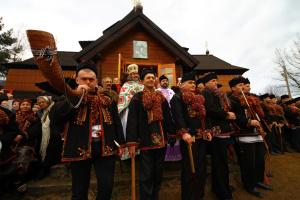 Гуцулы везут во Львов свои коляду и плес