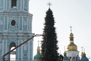 In Kyjiw wird Weihnachtsbaum auf Sophienplatz aufgestellt, aber keine Foodcourts