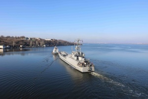 В Николаеве развели три моста, чтобы выпустить после ремонта десантный корабль