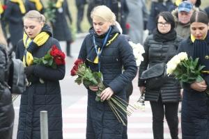 Кортеж із тілами загиблих в авіакатастрофі біля терміналу В зустрічає багато людей із квітами