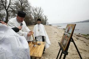 Капелани освятили води Дніпра у Києві для українських бійців і ветеранів
