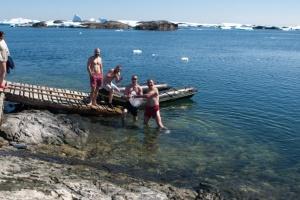 Полярники зі станції Вернадського відзначили Водохреще купанням у бухті