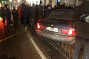 У Львові автомобіль врізався у зупинку транспорту, є постраждала