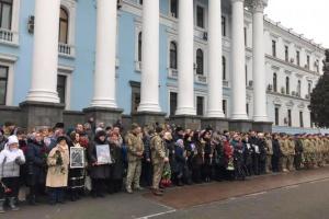 El presidente ucraniano conmemora a los defensores del aeropuerto de Donetsk