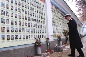 """Представник посольства Великої Британії вшанував пам'ять """"кіборгів"""""""