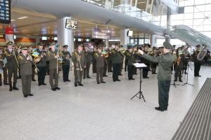 """Музиканти зведеного оркестру концертом вшанували пам'ять """"кіборгів"""" у аеропорту """"Львів"""""""