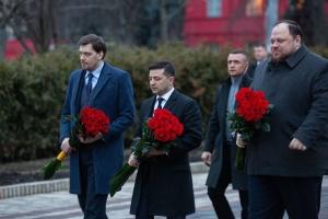 ウクライナ統一の日:政権幹部、シェウチェンコとフルシェウシキーの像に献花