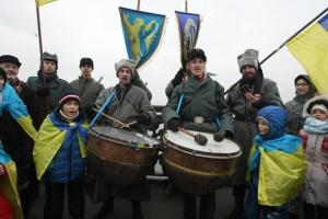 У Києві на мосту Патона утворили живий ланцюг до Дня Соборності