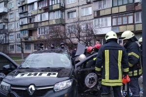 Tödlicher Unfall in Kyjiw: Auto rast in Haltestelle, Fahrer tot