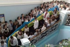 В Черновцах ко Дню Соборности более 700 школьников развернули 25-метровый флаг