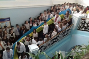 У Чернівцях до Дня Соборності понад 700 школярів розгорнули 25-метровий прапор