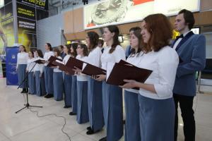 """До Дня Собороності студентський хор """"Ad libitum"""" заспівав перед пасажирами аеропорту"""