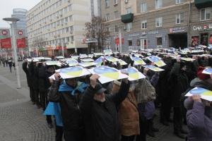 Дніпро відзначив День Соборності флешмобом із синьо-жовтими серцями