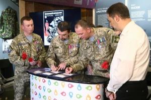 """За участю """"кіборгів"""" погасили марку на честь захисників Донецького аеропорту"""