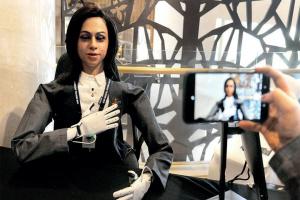 """В Індії показали першого """"робота-астронавта"""""""