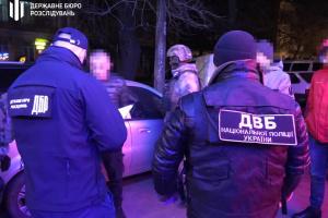 ДБР затримало поліцейського за розбійний напад на будинок пенсіонерів